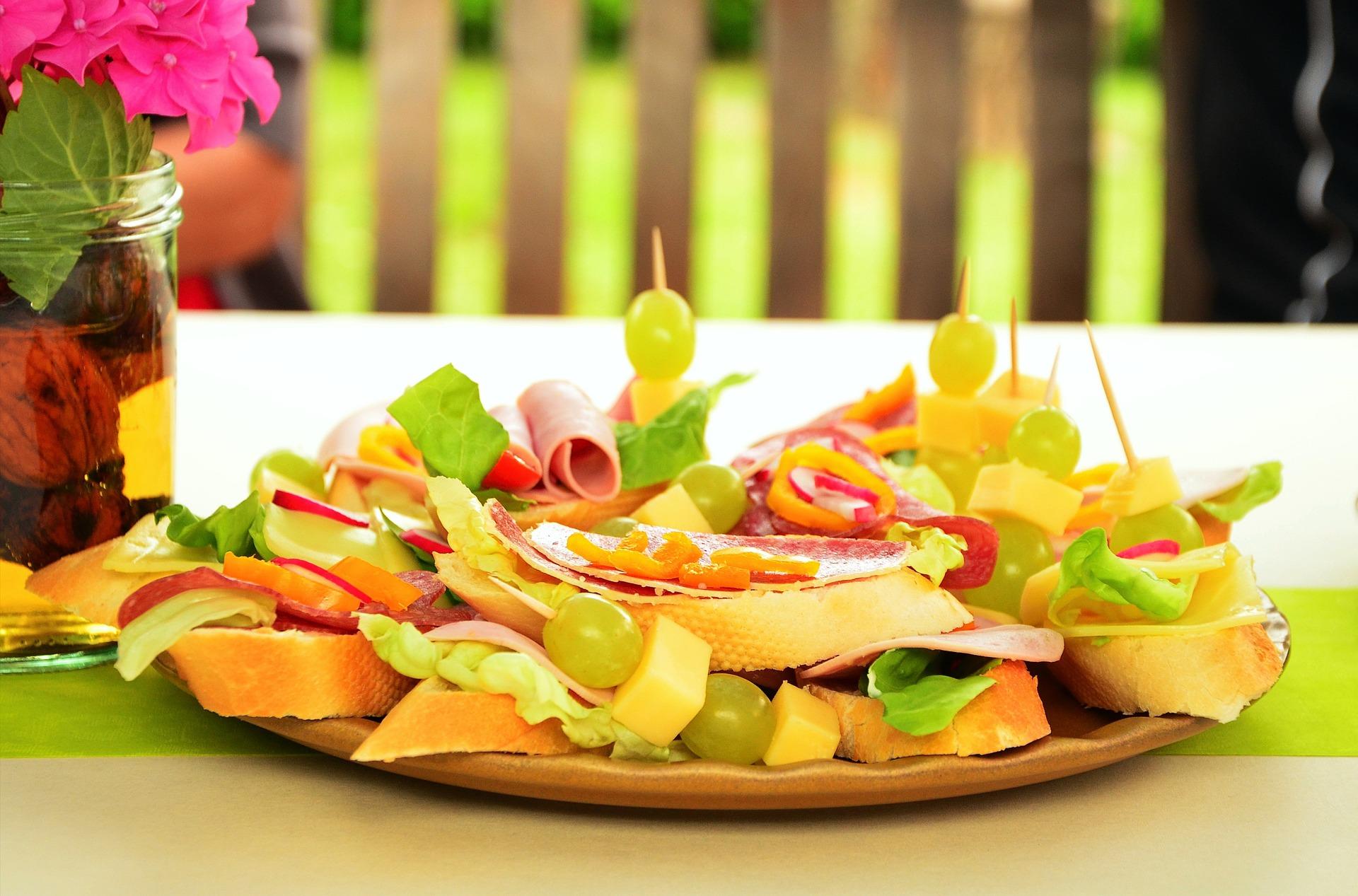 Nietuzinkowe kanapki. Jak zachęcić malucha do jedzenia śniadań?